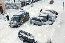 Husté sněžení ovlivnilo rovněž život ve městech bruntálského regionu, chodci měli problém s chůzí, řidiči s jízdou.