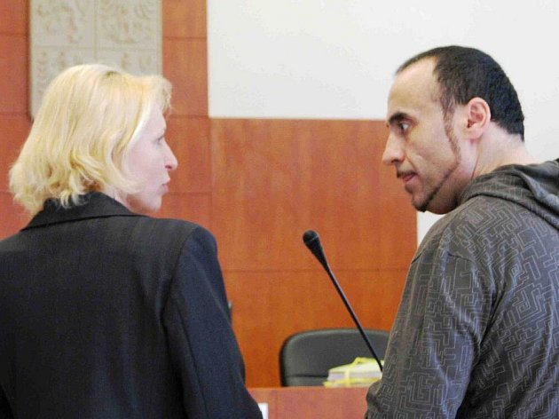Turek Fevzi Kahya potřeboval překladatelku, aby mohl soudu osvětlit okolnosti pronásledování své bývalé přítelkyně, s níž žil v Německu.