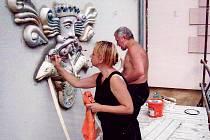 Renata Charousková při osazování keramického reliéfu Neptuna na fasádu krnovského Prioru.