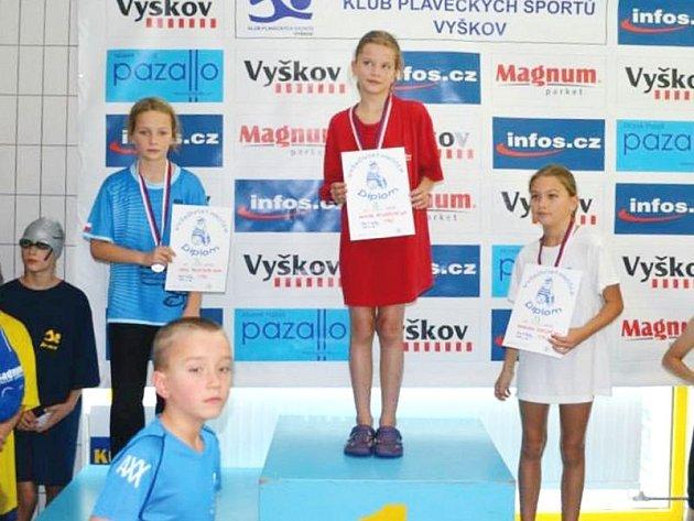 Zlatou medaili za vítězství na trati padesát metrů prsa vybojovala Kristýna Václavíková, na snímku uprostřed na stupních vítězů.