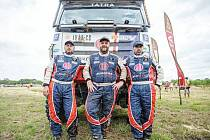 Pilot Martin Kolomý (uprostřed) a bratři René a David Kilianové na Dakaru.