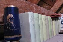 Poklady na půdě Obecního úřadu v Úvalně by si zasloužily vlastní koutek v místním Retro muzeu. Mohla by zde vzniknout kancelář socialistického předsedy MNV s artefakty jako váza s Klementem Gottwaldem a spisy komunistických věrozvěstů Marxe a Engelse.