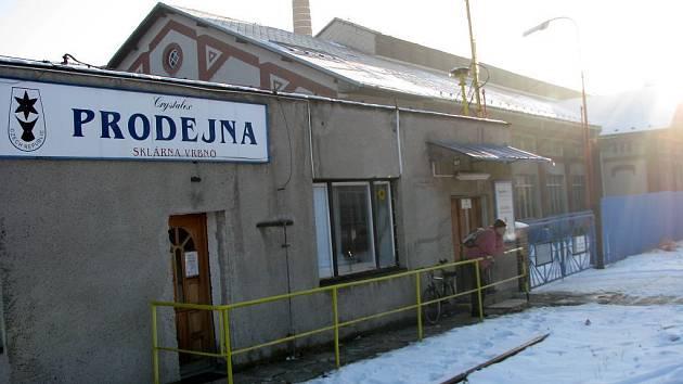 Brány skláren ve Vrbně pod Pradědem jsou pro většinu pracovníků závodu nyní zavřeny. Práci by jim mohl umožnit stát.