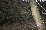 Sloupky připomínají, že nad lomem na Cvilíně kdysi bylo nízké zábradlí. Varovalo, že tudy nevede zkratka. Po úrazu děvčátka se na hraně srázu objevila aspoň výstražná policejní páska.