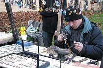Třicet šest prodejců vyložilo v sobotu ráno své zboží na připravené stánky.