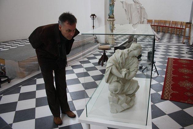 Barokní plastiku Máří Magdalény si ovíkendu přijel do Slezských Rudoltic prohlédnout také krnovský výtvarník a pedagog Ladislav Steininger. Foto: