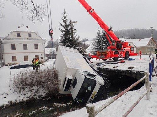 Vyproštění nákladního auta Mercedes Atego zpotoka Krasovka vobci Krasov.