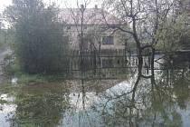 Voda v Jindřichově zaplavila celou zahradu i sklep. Majitele to zaskočilo, protože tento dům nikdy nebyl zatopen, dokonce ani v kritickém roce 1997. Místní spekulují, že tato spoušť může souviset s novou kanalizací, která byla vybudována před pár lety.
