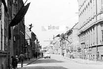 """Oslavy 1. máje na křižovatce ulic Jesenická, Dukelská a Ruská. Tehdy ještě původní výstavbu """"nekrášlilo"""" kino, obchodní dům a panelové domy."""