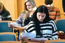 Studentka bruntálského gymnázia Iva Kavanová (vepředu) během písemných testů soutěže.