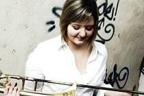 Ivana Zdrálková ve v Krnově známá jako pozounistka Dechového orchestru mladých DOM nebo brigádnice z klubu Kofola. Dnes v arénách největších německých, švýcarských a rakouských měst doprovází rockové hvězdy na Rock Meets Classic tour.