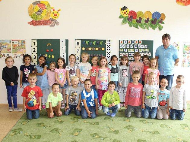 Základní škola Bruntál, Jesenická 10má tři třídy prvňáčků. Toto je 1.Astřídním učitelem Leošem Hájkem.