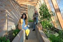 KAMARÁDI z Krnova testují zavlažovací metodu olla. Šárka Bočková je permakulturní zahradnice a Karel Dufek keramik, který ovládá výrobu hliněných nádob.