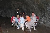 Skalní sklepení bylo při noční prohlídce pojato jako vinárna U netopýra. Návštěvníky jeho velikost doslova uchvátila.