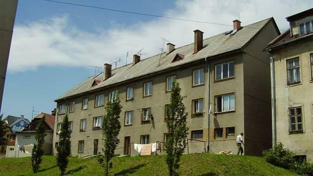 Jeden z domů ve Dvorcích, který ve čtvrtek může v dobrovolné dražbě zakoupit nový vlastník.