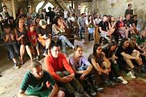 """Kostel uprostřed dnes již zaniklé obce Pelhřimovy se od minulého čtvrtka stal dějištěm ojedinělého festivalu. Zúčastnění si ho pojmenovali """"malý Woodstock""""."""