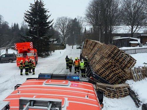 Nákladní automobil značky Renault, který byl plně naložen dřevěnými paletami, museli ve středu vytahovat hasiči z příkopu v Guntramovicích.