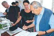 Krnovský fotograf Gustav Aulehla poskytl do Velké knihy opozice v pohraničí dokumentární fotografie z roku 1968 a 1989. Česko-polskou knížku o předlistopadové opozici ocenila také starostka Krnova Jana Koukolová Petrová.