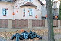 Halloweenská výzdoba celého domu v našich končinách nemá vybudovanou tradici. K průkopníkům patří tento krnovský dům v ulici Stará Ježnická s černým pavoukem a oranžovou dýní.