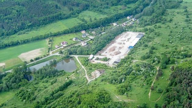 Na Kabátově kopci je dnes pouze zdevastovaný areál po sovětské armádě, ale ani jeden nový dům.