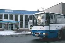 U nádraží v Krnově dnes zastavují jen linkové autobusy a MHD. Už brzy tu začnou zastavovat také výlukové autobusy, které do konce roku 2016 nahradí železniční spojení z Krnova do Opavy.