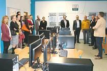 Zástupci firem si prohlédli moderní účebny bruntálské průmyslové školy.