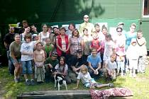 Tuláci. Členové bruntálského turistického oddílu se scházejí pravidelně každý pátek na své základně za místním lomem ve směru na Mezinu.