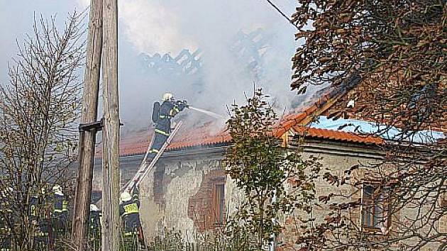 Škodu okolo 900.000 korun způsobil dnes požár rodinného domu v Bílčicích na Bruntálsku. Oheň zničil střechu a podkroví starší, nyní rekonstruované stavby.