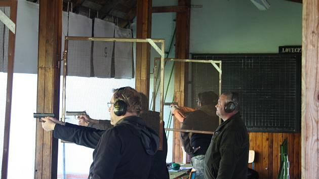 Testování zbraní na krnovské střelnici je zážitek pro celou rodinu.