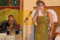Herci divadla Klauniky zapojili do svého představení i diváky. Za zpěvu předsedkyně strany a anděla strážného si tak například mohli někteří z diváků s přítomnými poslanci i zatančit.