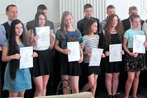 Žáci krnovské Základní školy Žižkova si převzali na radnici mezinárodní jazykové certifikáty.