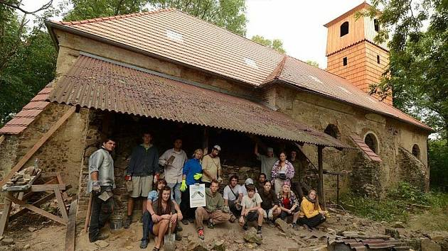 Blažené Osoblažsko je tábor, při kterém dobrovolníci pomáhají zachraňovat kostel v zaniklé vsi Pelhřimovy.