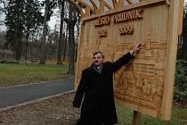 Starosta Bruntálu František Struška a starosta polského partnerského města Prudnik Franciszek Fejdych (na snímku ukazuje významné stavby svého města) slavnostně otevřeli zrekonstruovaný městský park v Bruntále.