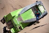 ZELETÁ TATRA NA BOKU. Aby se vyhnul zapadlému závodnímu vozu Jeana de Azeveda, položil Martin Kolomý svůj truck na bok.