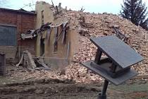 Demolice u Řempa začaly koncem listopadu. Dům musel ustoupit plánovanému obchvatu a protipovodňovým hrázím. Firma provádějící demolici pozemek definitivně uvolní a srovná s okolním terénem do konce roku.
