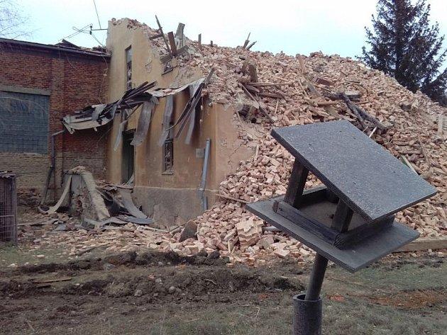 Demolice uŘempa začaly koncem listopadu. Dům musel ustoupit plánovanému obchvatu a protipovodňovým hrázím. Firma provádějící demolici pozemek definitivně uvolní a srovná sokolním terénem do konce roku.