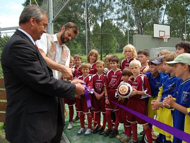 Rýmařovský starosta Petr Klouda a místostarosta Jaroslav Kala ve čtvrtek 26. června odpoledne slavnostně otevřeli víceúčelové hřiště v areálu zahrady Hedvy.
