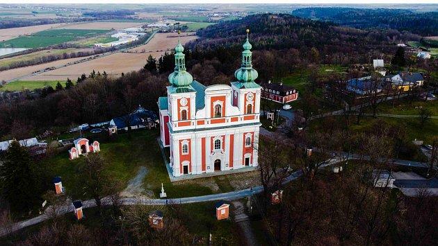 Vrch Cvilín spoutním kostelem Panny Marie Sedmibolestné