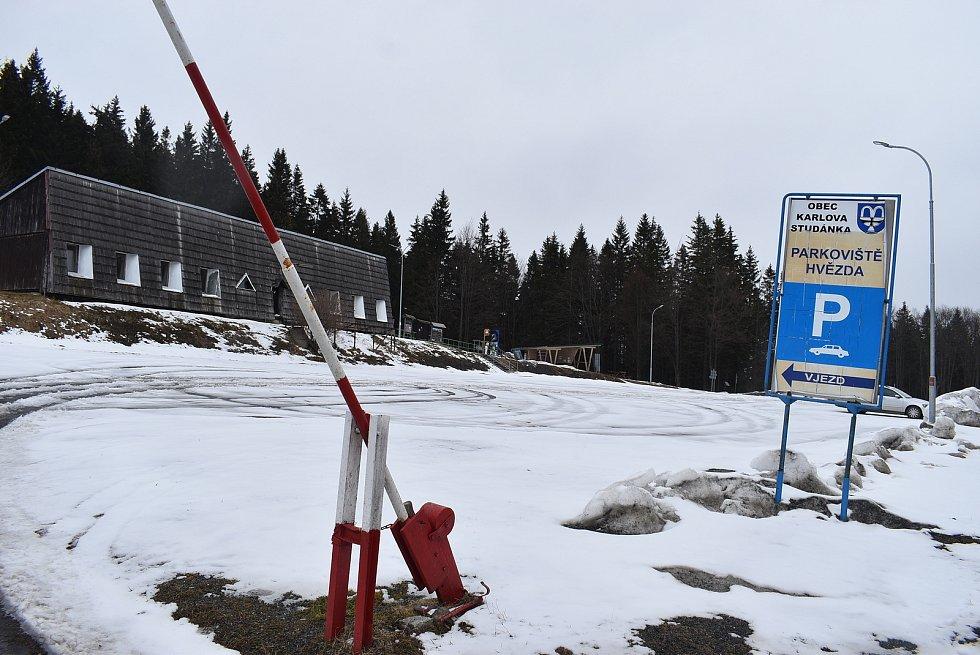 Zimní areály v Jeseníkách jsou liduprázdné. Na sjezdovkách bez užitku tají zásoby technického sněhu. 13. března 2021