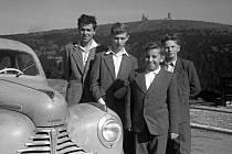 Skupinové  foto s pozadím Pradědu, rok 1957. Věž na Pradědu se o dva roky později zřítila.