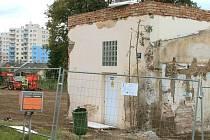Zbylá stavba v bývalém areálu bruntálské nemocnice připomíná mnohým osamocený zub ve zkažených dásních.