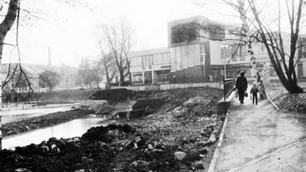 Břehy Kobylího rybníku v Bruntále procházely před desítkami let úpravou.