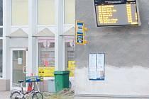 Infotabule u krnovského nádraží slouží už rok. Podobné nyní dostali také cestující ve Městě Albrechticích, Břidličné, Horním Benešově a Vrbně pod Pradědem.