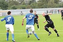 Michal Satke (v obležení soupeřů) se k fotbalu vrátil po dvou letech a ve druhém zápase v dresu Krnova hned vstřelil dvě branky. Pomohl týmu k vítězství v Markvartovicích.