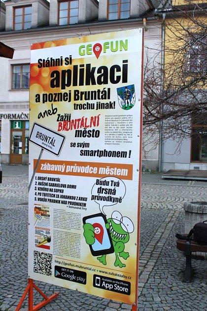 Městské informační centrum připravilo také venkovní poutač, který radí, jak geohru dostat do mobilního telefonu.