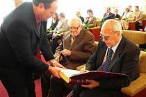 příležitosti Dne učitelů ocenilo město Krnov dvaadvacet pedagogů, kteří se sešli v pondělí 29. března v obřadní síni krnovské radnice.