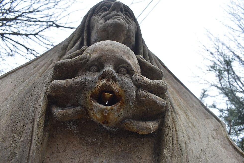 Lichnovská kyselka má tvář babičky a dítěte. Lichnovský sochař Lubomír Otisk při práci myslel na svou babičku Františku.