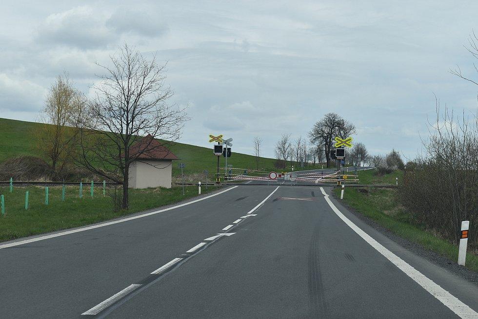 Potřebujete se dostat z Třemešné do tři kilometry vzdálené Liptaně? Vzhledem k uzavřenému železničnímu přejezdu a pandemickým opatřením v Polsku tam nejrychleji dojdete pěšky.