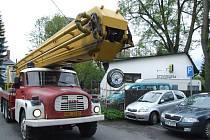 Ani s plošinou si hned neporadili bruntálští hasiči s prasklým kmenem statné lípy u domu na Havlíčkově ulici. Kvůli silnému větru se nemohli pustit do řezání a proto strom jen zpevnili lany. Kácení si nechali až na dobu, kdy přestane foukat vítr.