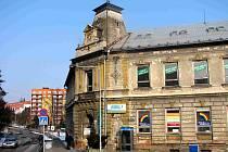 Dům služeb býval jednou z nejvýstavnějších budov v Bruntále, v průčelí nese znak města. Dnešní stav je alarmující, oprava čeká až budoucího majitele.
